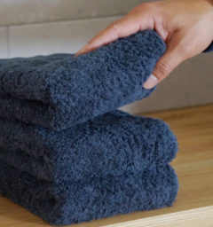 肌着の糸でつくったタオルを手に取った画像