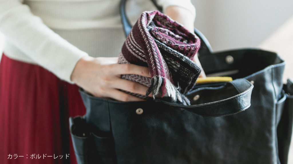 かわり織りマフラー鞄に入れている画像