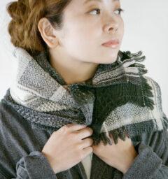 ウールかわり織りマフラー人物着用画像