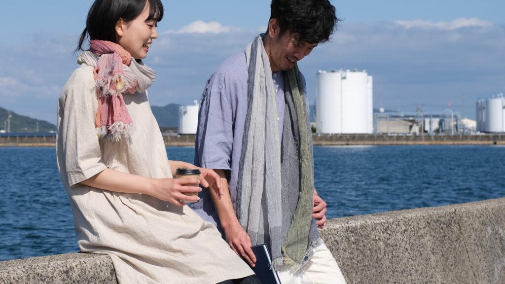 SHIBO リネンコットンバイカラーショール 人物着用画像