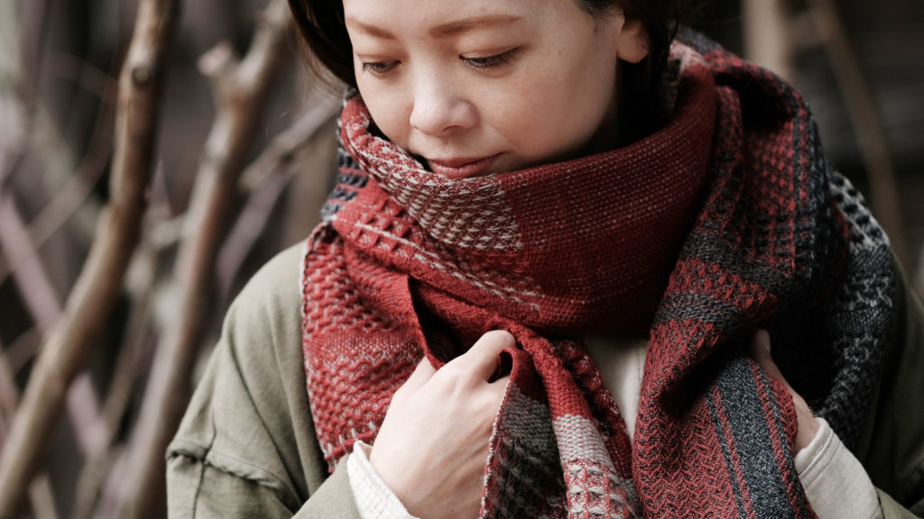 かわり織りマフラー人物着用画像