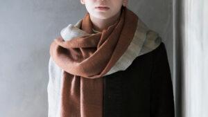 羽織れるストール マロンアッシュ 人物着用画像